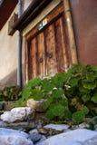 Oude deur aan één huis in het oude deel van stad Royalty-vrije Stock Foto's
