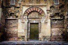 Oude Deur aan Mezquita in Cordoba stock foto's