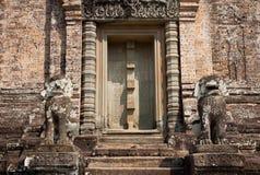 Oude deur in Angkor Wat, Kambodja Stock Foto