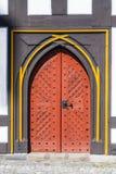 Oude deur bij middeleeuwse huizen in Schotten Stock Foto