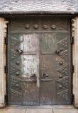 Oude deur in binnenplaats van de beroemde kathedraal van Heilige Stephen in Pa's stock foto's