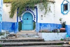 Oude deur in blauwe medina van Chefchaouen, Marokko royalty-vrije stock foto