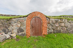 Oude deur in de kasteelmuur royalty-vrije stock afbeeldingen