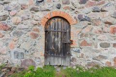 Oude deur in de kasteelmuur royalty-vrije stock afbeelding