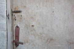Oude deur die op de bout wordt gesloten Royalty-vrije Stock Afbeeldingen