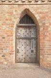 Oude deur in een baksteenoverwelfde galerij Royalty-vrije Stock Foto