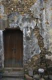 Oude deur en gebroken muur Stock Afbeelding