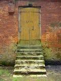 Oude deur en mos-behandelde drempels stock foto