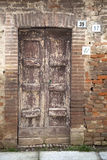 Oude deur met drie verschillende huisnummers. Stock Afbeeldingen