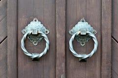 Oude deur met een deurkloppers Stock Afbeeldingen