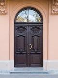 Oude deur met gravures Royalty-vrije Stock Afbeeldingen