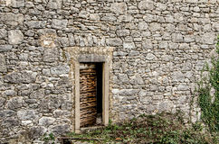 Oude deur op een oud steenhuis in Dobrinj, eiland Krk, Kroatië Royalty-vrije Stock Afbeeldingen