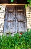 Oude deur in oude stad in Albanië stock fotografie