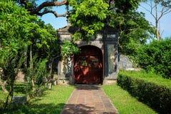 Oude deur in tuin van mijn droom royalty-vrije stock foto's
