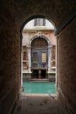 Oude deur in Venetië Stock Afbeeldingen