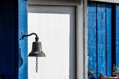 Oude deurklok voor een blauw blokhuis Stock Foto's