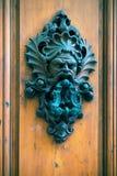 Oude deurkloppers op een houten deur in Florence royalty-vrije stock afbeeldingen