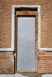 Oude deuropening met de dekking van de metaalveiligheid royalty-vrije stock foto