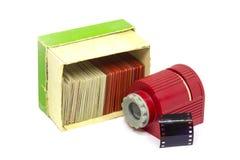 Oude dia's in de doos, film en een hand - gehouden projector voor het bekijken van foto's stock afbeeldingen