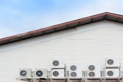 Oude die airconditionerscompressor op muur wordt geïnstalleerd royalty-vrije stock afbeelding
