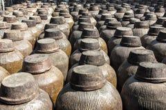 Oude die alcoholische drankvaten in Zhujiajia worden opgesteld Stock Foto