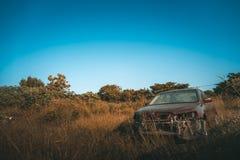 Oude die auto in Forest Lawn wordt geparkeerd Stock Afbeeldingen