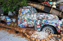Oude die auto met een verscheidenheid van stickers wordt behandeld Stock Foto's