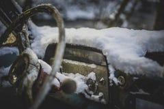 Oude die auto met sneeuw wordt behandeld Stock Foto