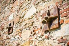 Oude die bakstenen muur met metaalplaten wordt versterkt royalty-vrije stock afbeelding