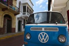 Oude die bestelwagen in een straat in Casco Viejo, in de Stad van Panama, Panama wordt geparkeerd Royalty-vrije Stock Afbeeldingen