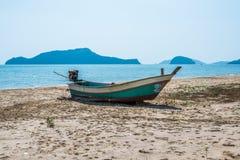 Oude die boot op het zand wordt geparkeerd Royalty-vrije Stock Foto