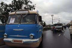 Oude die bussen bij de viering van de het Vervoerdag van Moskou worden getoond stock fotografie