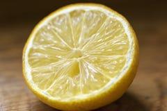 Oude die citroen in de helft wordt gesneden Royalty-vrije Stock Afbeeldingen