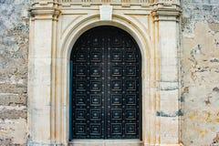 Oude die deur en muren met coquinarots in Castillo DE San Marcos Fort bij de Historische Kust van Florida wordt behandeld royalty-vrije stock fotografie
