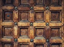 Oude die deur van hout met oud patroon wordt gemaakt Stock Foto