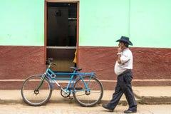 Oude die fiets op een straat wordt geparkeerd Stock Foto