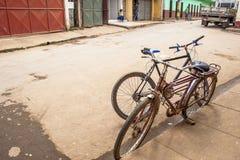 Oude die fiets op een straat wordt geparkeerd stock afbeelding
