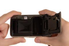 Oude die filmcamera met deksel in handen van de mens wordt verplaatst stock afbeelding