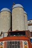 Oude die GMC-vrachtwagen voor staafsilo's wordt geparkeerd Stock Foto's