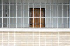 Oude die Grunge-Gevangenis door Gevangenisbars wordt gezien Stock Afbeeldingen