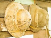 Oude die hoed van palmbladenweefsel wordt gemaakt royalty-vrije stock foto