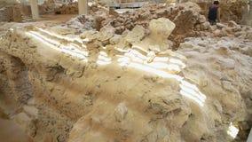 Oude die huizen van vulkanische as in Akrotiri-regeling op Santorini worden opgegraven stock footage