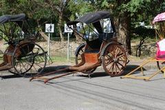 Oude die karren op de straat in Azië worden geparkeerd Stock Fotografie