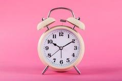 Oude die klok met klokken op roze achtergrond worden geïsoleerd stock fotografie