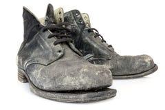Oude die Laarzen op Wit worden geïsoleerd Stock Foto's