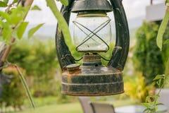 Oude die lantaarn in de tuin wordt geparkeerd royalty-vrije stock afbeeldingen