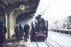 Oude die locomotief bij de post wordt tegengehouden Retro trein op Vitebsky-station in heilige-Petersburg, Rusland, 25 februari 2 Royalty-vrije Stock Foto