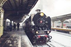 Oude die locomotief bij de post wordt tegengehouden Retro trein op Vitebsky-station in heilige-Petersburg, Rusland, 25 februari 2 Royalty-vrije Stock Afbeeldingen