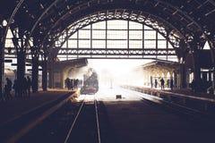 Oude die locomotief bij de post wordt tegengehouden Retro trein op Vitebsky-station in heilige-Petersburg, Rusland, 25 februari 2 Stock Afbeeldingen