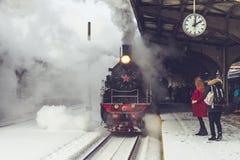 Oude die locomotief bij de post wordt tegengehouden Retro trein op Vitebsky-station in heilige-Petersburg, Rusland, 25 februari 2 Stock Foto's
